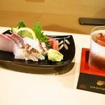 太郎寿司 - お造り盛り合わせ & 冷酒