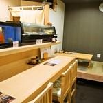 太郎寿司 - 店内(カウンター席、小上がり)
