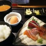 日本酒とお魚きっちん 祐星 - お造りてんこ盛りと玉子かけご飯定食(800円)