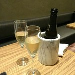 64368020 - サービスのスパークリングワイン嬉しい(*^_^*)                       ボトル側を回すと、さっと開きますよ(笑)