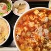 龍花 - 料理写真:Bセット(麻婆ラーメン、サラダ、デザート、ザーサイ、半ライス)の半ライスをプラス100円で半チャーハンに変更