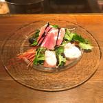 キャトルラパン 神戸三宮 - 前菜(生ハム、炙りハマチ、赤エビ、ムール貝、テリーヌ、ベビーリーフなどなど) 圧巻のボリューム♪