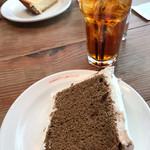 コクテル堂 - コーヒーのシフォンケーキとアイスティー ほろ苦いケーキに生クリームが合います