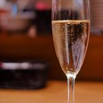 64379061 - まずはスパークリングワインで喉をうるおします。