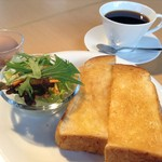 萠茶 - バタートーストセット  ドリンク + ゆでたまご、サラダ、ヨーグルトから1つ選んで 420円