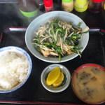 キッチンあべ - にら炒め(小ライス・みそ汁・漬物)