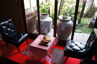 パンと珈琲のお店 喫茶戎町 - そのモーニングセットを奥の中庭が望めるテーブル席でいただきます