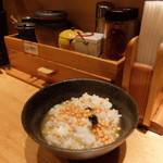 焼きあご塩らー麺 たかはし 本店 - ライス、スープ、卓上調味料を使用したお茶漬け