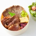 厳選黒毛和牛の牛たんと特選カルビの二種盛弁当