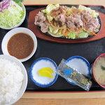 定食屋 大盛亭 - 鉄板の上の山盛り焼肉が少なく見える程にデカイ、ゴハン。