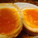 二代目 けいすけ 海老そば外伝 - 味玉の黄身は鮮やかなオレンジです