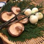 山女庵 - 奈良県産椎茸と新玉ねぎを炭火焼で