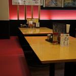 赤穂らーめん麺坊 - 店奥の、このテーブルの並びでいただきました(2017.3.24)