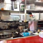 中華レストラン味一 - 店内風景(厨房)。