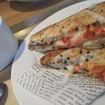 カフェ ソラーレ - ホットサンドトマトモッツァレラ