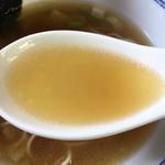 64419016 - ベースは「煮干し」でもきちんと丁寧に内臓処理をされているためにエグみや苦みはありませんでした。 カエシの白醤油はまろやかな味わいで、煮干しの出し汁と渾然一体になった濃厚な味わいです。 これはなかなか美味しいスープです。
