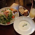 レブール - サラダランチはスープとパン、飲み物が付きます