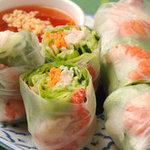 バーン・キラオ - 料理写真:エビ、チキン、野菜がいっぱい入った人気の生春巻き