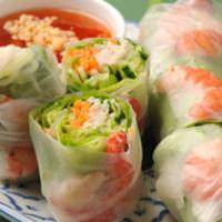 バーン・キラオ - エビ、チキン、野菜がいっぱい入った人気の生春巻き