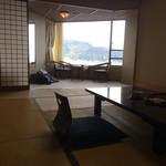 64425892 - 『サンハトヤホテル』居室内観。作りは昭和の香りが強く漂う。