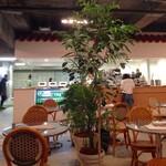 カフェ ド ロペ - 週末の16時頃の店内