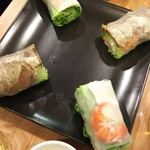 64426828 - (2017年3月 訪問)海老と豚肉の生春巻きと牛肉とパパイヤの生巻き。どちらも肉が少し美味しくない。野菜のシャキシャキ感は良いです。