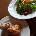 64430048 - サラダ(最初の一皿)とパン   チョコフランスとゴマのクロワッサン