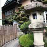 64444867 - 日本庭園を進むと店内入り口