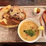 ル ミトロン カフェ - スパイシーチキンクリームスープ(パンお代わり自由)648円(税込)