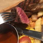肉が旨いカフェ NICKSTOCK - ミディアムレアに仕上がった切り口が何とも旨そうです♪
