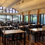 レストラン源 - 明るい店内からは世界遺産中尊寺の参道、月見坂が一望できます。