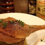 熟成肉×Bistro OGINO - ほろほろになるまで煮込んだ骨つき鴨のコンフィです。 ボリュームたっぷりのビストロ定番料理です。