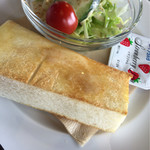 逸珈琲 - イタスパのランチの半トーストとサラダ