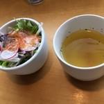 オウミデゴハン ヤミータンク - カレーのサラダとプレートのスープ