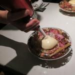 64465784 - ダーク・ラムのジュレと林檎のアイスクリーム シナモン カルダモン アニス 丁子のスパイス コーラ風味の泡1