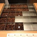 KOFFEE MAMEYA - 店内(その日の珈琲豆のサンプル)