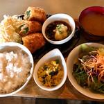 カフェ クウワ - 菖蒲産野菜とチーズの肉巻きフライ定食