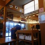 魚さばき回転寿司大まる - 店内