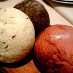 バウレット - 自家製パン盛り合わせ(紅芋、キャラウェイ、炭とミルク)