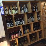 個室居酒屋 時しらず - 時しらず(埼玉県さいたま市大宮区大門町)入口横の日本酒の棚