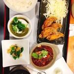 64482489 - ・ランチ980円                       手羽先4本、牛すじどて煮、小鉢、すまし汁、ご飯、スイーツ