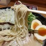 元祖博多中州屋台ラーメン 一竜 - 麺は極細ストレート、スープにも良く合います