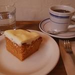 64488075 - キャロットケーキ、コーヒー