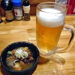 かんいち - 生ビール(ひとくち飲みました)& お通し(もつ煮込み)