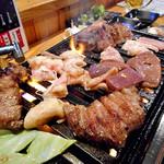 かんいち - ジョー牛タン & ホルモン盛り1号(焼肉中)