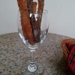 64489416 - サービスのシナモンスティックパンは3種類の味付け。甘くて香りも良くてサクサク。レジで販売していました