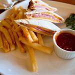 ラ・ティーダ - 17:00頃アラカルトでの利用にて。 ベーコンとチーズのホットサンドイッチ @1,600円