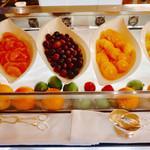 ラ・ティーダ - モーニングブッフェのフルーツ。島バナナもあります。
