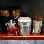 三吉屋 - 卓上に常備された調味料類