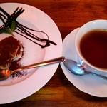 64492342 - ランチのデザート、ティラミスと紅茶